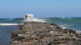 Βράχοι με τα κύματα απόθεμα βίντεο