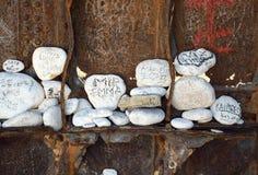 Βράχοι με τα μηνύματα στοκ φωτογραφία με δικαίωμα ελεύθερης χρήσης