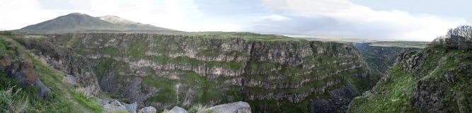 Βράχοι με τον ποταμό Kasagh από Saghmosavank στο θαμπό καιρό στο panarama Στοκ Φωτογραφίες