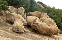 Βράχοι με το τοπίο λόφων δέντρων sittanavasal στοκ φωτογραφία με δικαίωμα ελεύθερης χρήσης