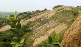 Βράχοι με το τοπίο λόφων ουρανού sittanavasal στοκ εικόνα