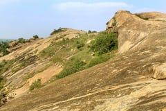 Βράχοι με το τοπίο λόφων ουρανού sittanavasal στοκ εικόνες