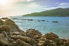 Βράχοι, μπλε θάλασσα, ουρανός Στοκ Εικόνες