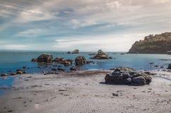 Βράχοι, νερό και άμμος Στοκ εικόνα με δικαίωμα ελεύθερης χρήσης