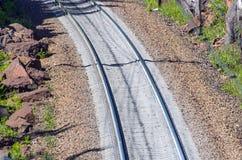 Βράχοι οδικού ταξιδιού τραίνων διαδρομής κοιμώμεών ραγών σιδηροδρόμου Στοκ Φωτογραφίες