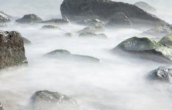 Βράχοι πέρα από την παραλία νερού Badalona - της Ισπανίας Στοκ Φωτογραφία