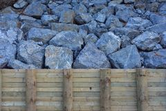 Βράχοι πίσω από το διατηρώντας τοίχο Στοκ φωτογραφία με δικαίωμα ελεύθερης χρήσης