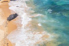 Βράχοι, παραλία και κύματα σε Arrifana Στοκ φωτογραφία με δικαίωμα ελεύθερης χρήσης