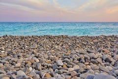 Βράχοι παραλιών και μπλε κύματα στο ηλιοβασίλεμα Στοκ φωτογραφία με δικαίωμα ελεύθερης χρήσης