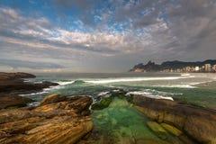 Βράχοι παραλιών Arpoador και δραματικός ουρανός επάνω από το Ρίο ντε Τζανέιρο Στοκ εικόνες με δικαίωμα ελεύθερης χρήσης