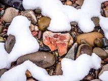 Βράχοι ποταμών, κινηματογράφηση σε πρώτο πλάνο χιονιού Στοκ Φωτογραφίες
