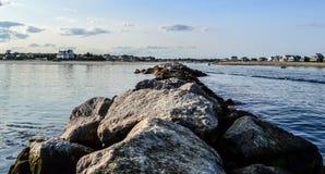 Βράχοι που διαιρούν τη θάλασσα στοκ φωτογραφία με δικαίωμα ελεύθερης χρήσης