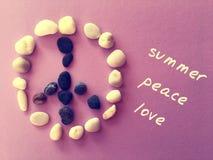Βράχοι που διαμορφώνουν ένα σημάδι ειρήνης στοκ εικόνα