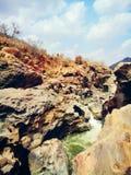 βράχοι που τρυπιούνται με τρυπάνι από το νερό Στοκ φωτογραφία με δικαίωμα ελεύθερης χρήσης