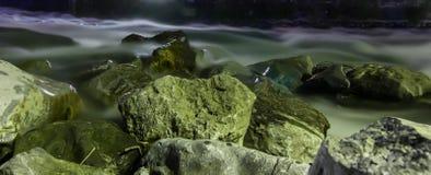 Βράχοι σε ένα ρεύμα, μακροχρόνια έκθεση Στοκ Φωτογραφίες