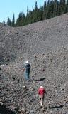βράχοι σε λόφο ατόμων πεζ&omicron Στοκ εικόνες με δικαίωμα ελεύθερης χρήσης