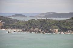 Βράχοι σε μια παραλία στον παράδεισο Στοκ φωτογραφία με δικαίωμα ελεύθερης χρήσης