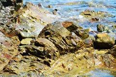 Βράχοι, σκληρές πέτρες, μεταλλεύματα νερού, αφηρημένο υπόβαθρο στοκ εικόνες