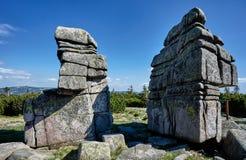 Βράχοι στα γιγαντιαία βουνά Στοκ φωτογραφίες με δικαίωμα ελεύθερης χρήσης
