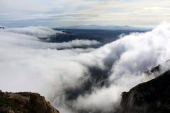 Βράχοι στα πυκνά σύννεφα στοκ φωτογραφία