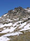 Βράχοι στα χιονώδη βουνά Στοκ εικόνες με δικαίωμα ελεύθερης χρήσης