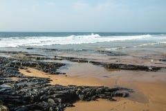 Βράχοι στην ακροθαλασσιά ενάντια στον ωκεάνιο και μπλε ορίζοντα Στοκ φωτογραφίες με δικαίωμα ελεύθερης χρήσης