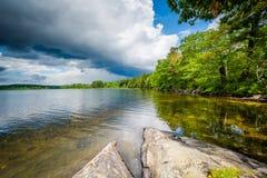 Βράχοι στην ακτή της λίμνης Massabesic, σε πυρόξανθο, Νιού Χάμσαιρ Στοκ Εικόνες