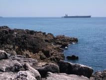 Βράχοι στην ακτή του Κασκάις σε ένα ηλιόλουστο απόγευμα (Πορτογαλία) Στοκ φωτογραφία με δικαίωμα ελεύθερης χρήσης