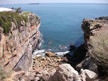Βράχοι στην ακτή του Κασκάις σε ένα ηλιόλουστο απόγευμα (Πορτογαλία) Στοκ εικόνες με δικαίωμα ελεύθερης χρήσης