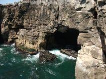 Βράχοι στην ακτή του Κασκάις σε ένα ηλιόλουστο απόγευμα (Πορτογαλία) Στοκ Εικόνα