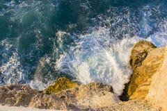 Βράχοι στην τραχιά θάλασσα στοκ εικόνα