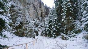 Βράχοι στη διάσημη δύσκολη πόλη των βράχων adrspach-Teplice Χειμώνας Στοκ εικόνα με δικαίωμα ελεύθερης χρήσης