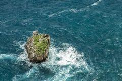 Βράχοι στη θάλασσα στο Μπαλί στοκ εικόνες