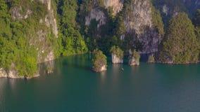 Βράχοι στη λίμνη του τοπικού LAN Cheow απόθεμα βίντεο