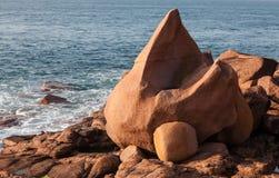 Βράχοι στη ρόδινη ακτή γρανίτη Στοκ Εικόνα