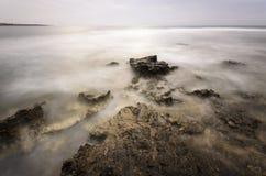 Βράχοι στη misty θάλασσα Στοκ Φωτογραφίες