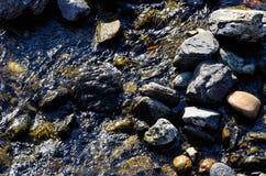 Βράχοι στον ποταμό Στοκ εικόνες με δικαίωμα ελεύθερης χρήσης