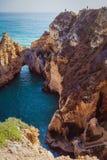 Βράχοι στον ωκεανό με τους ορειβάτες στοκ φωτογραφία με δικαίωμα ελεύθερης χρήσης