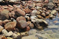 Βράχοι στο νερό Στοκ φωτογραφίες με δικαίωμα ελεύθερης χρήσης