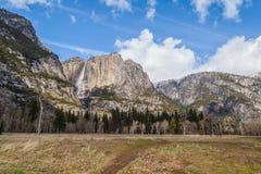 Βράχοι της Κολούμπια και οι πτώσεις Yosemite Στοκ Εικόνες