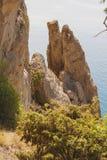 Βράχοι της παράξενης μορφής, η οποία έσπασε μακρυά από έναν μεγάλο βράχο Ακτή Μαύρης Θάλασσας Στοκ φωτογραφίες με δικαίωμα ελεύθερης χρήσης