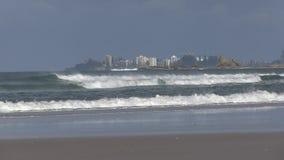 Βράχοι του ακρωτηρίου Currumbin, με Coolangatta πίσω, ορατό από το Palm Beach, Gold Coast, Αυστραλία φιλμ μικρού μήκους
