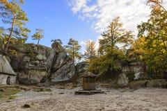 Βράχοι Dovbush, ομάδα βράχων, φυσικών και προκαλούμενων από τον άνθρωπο σπηλιών που χαράζονται Στοκ φωτογραφία με δικαίωμα ελεύθερης χρήσης