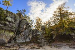 Βράχοι Dovbush, ομάδα βράχων, φυσικών και προκαλούμενων από τον άνθρωπο σπηλιών που χαράζονται Στοκ Εικόνα