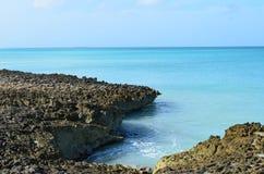 Βράχος λάβας με τα τροπικά ωκεάνια νερά στη Αρούμπα Στοκ φωτογραφία με δικαίωμα ελεύθερης χρήσης