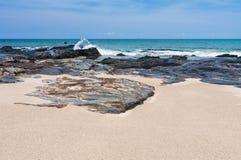 Βράχος, άμμος, θάλασσα και ουρανός Στοκ Εικόνες