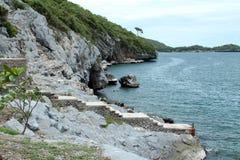 Βράχος ακτών απότομων βράχων sichang Στοκ Φωτογραφίες