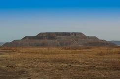 Βράχος αποβλήτων βουνών στη μορφή μια πυραμίδα Στοκ Εικόνες