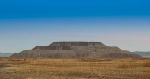Βράχος αποβλήτων βουνών στη μορφή μια πυραμίδα Στοκ εικόνες με δικαίωμα ελεύθερης χρήσης