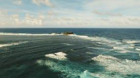 Βράχος, απότομος βράχος στην μπλε θάλασσα Φιλιππίνες, Siargao εναέρια όψη Στοκ Εικόνα